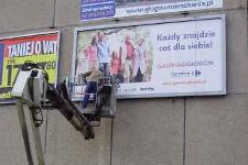 usługi podnośnikowe przy zmianie reklam na billboardzie