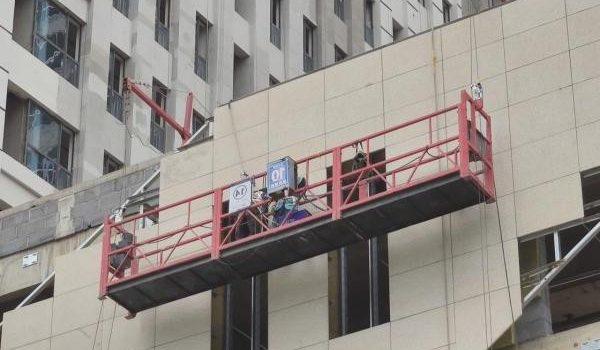 Podest ruchomy wiszący jest urządzeniem, które ułatwia wykonywanie prac na zewnątrz budynków