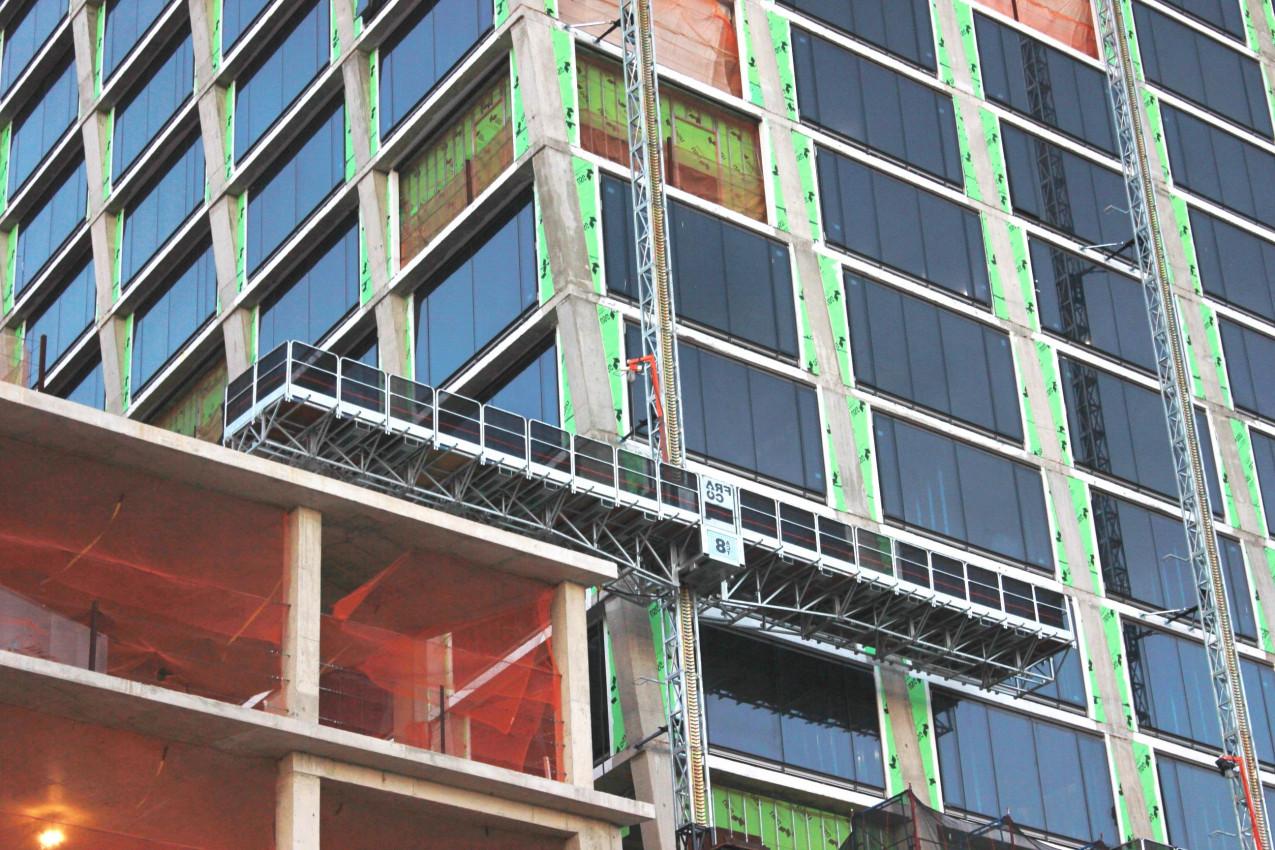 Podest ruchomy masztowy może być używany w pomieszczeniach lub na zewnątrz budynków
